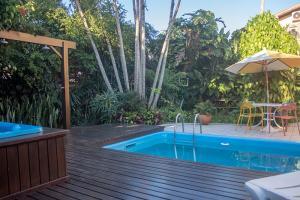 pousada verde natur area externa piscina vegetacao deque