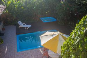pousada verde natur area externa visao de cima da piscina deque e banheira
