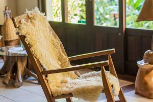 pousada verde natur area interna detalhe cadeira com forro couro de ovelha