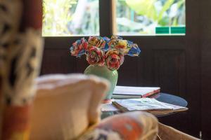 pousada verde natur area interna detalhe decoracao flores coloridas em vaso